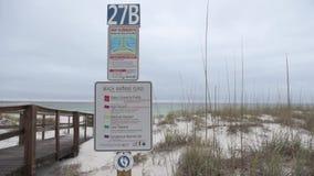 Correnti di strappo Rompa la presa dello strappo Firmi sulla spiaggia a Pensacola, Florida archivi video