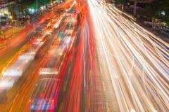 correnti leggere da traffico in corso in strada del distretto aziendale Immagine Stock Libera da Diritti