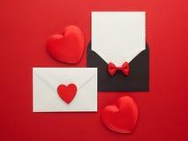 Correo, corazón y cinta del sobre en fondo rojo Concepto del saludo de Valentine Day Card, del amor o de la boda Visión superior Imágenes de archivo libres de regalías