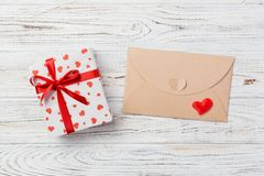 Correo del sobre con la caja roja del corazón y de regalo sobre el fondo de madera blanco Concepto del saludo de Valentine Day Ca fotografía de archivo