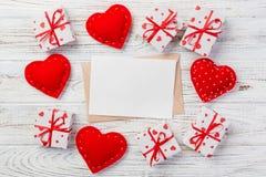 Correo del sobre con la caja roja del corazón y de regalo sobre el fondo de madera blanco Concepto del saludo de Valentine Day Ca fotos de archivo libres de regalías