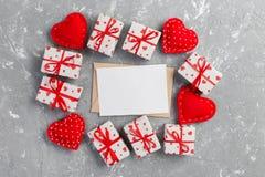Correo del sobre con la caja roja del corazón y de regalo sobre fondo gris del cemento Concepto del saludo de Valentine Day Card, foto de archivo libre de regalías