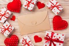 Correo del sobre con la caja roja del corazón y de regalo sobre fondo de madera anaranjado Concepto del saludo de Valentine Day C imágenes de archivo libres de regalías