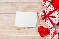 Correo del sobre con la caja roja del corazón y de regalo sobre fondo de madera anaranjado Concepto del saludo de Valentine Day C fotos de archivo