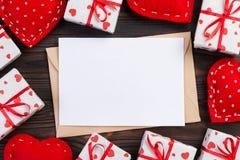 Correo del sobre con la caja roja del corazón y de regalo sobre fondo de madera oscuro Concepto del saludo de Valentine Day Card, fotografía de archivo libre de regalías