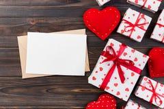 Correo del sobre con la caja roja del corazón y de regalo sobre fondo de madera oscuro Concepto del saludo de Valentine Day Card, fotos de archivo libres de regalías