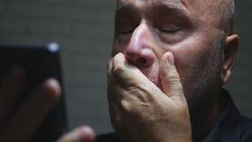 Correo electrónico decepcionado de Reading Bad News del empresario usando red del teléfono móvil imagen de archivo libre de regalías