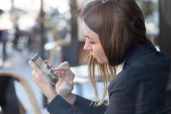 Correo electrónico o SMS en el teléfono móvil Foto de archivo libre de regalías