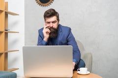 Correo electr?nico de respuesta del negocio Internet que practica surf Gestor de proyecto Negocio de Digitaces Consulta financier foto de archivo libre de regalías