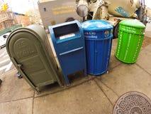 Correo y botes de basura Fotos de archivo