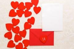 Correo y corazones del sobre en fondo decorativo Concepto del saludo de Valentine Day Card, del amor o de la boda Visión superior Imágenes de archivo libres de regalías