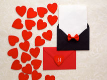 Correo y corazones del sobre en fondo decorativo Concepto del saludo de Valentine Day Card, del amor o de la boda Visión superior Fotos de archivo