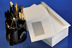 Correo y sistema del papel de sobre para la pluma de la oficina, etiqueta engomada, lápiz, regla, grapadora, grapas, clip, tijera fotos de archivo
