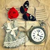 Correos del amor, reloj de bolsillo del vintage, flor de la rosa del rojo y mantequilla viejos Foto de archivo