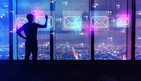 Correos electrónicos con el hombre por las ventanas grandes en la noche stock de ilustración