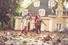 Correr com as folhas da queda da calha dos pais é divertimento Jogo de ilustrações preto e branco do vetor imagens de stock royalty free