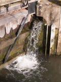 correr espirrando a água da natureza da comporta mói fora para baixo Fotos de Stock