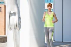 Correre all'aperto nella città, luce solare della donna Fotografia Stock Libera da Diritti