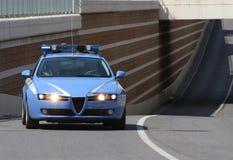 Correre del volante della polizia veloce mentre la strada della pattuglia Immagini Stock Libere da Diritti