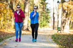 Correre delle donne, saltante nel parco Immagini Stock Libere da Diritti