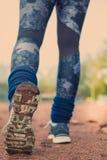 Correre delle gambe della donna di forma fisica Fotografie Stock Libere da Diritti
