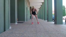 Correre di due atleti femminili stock footage