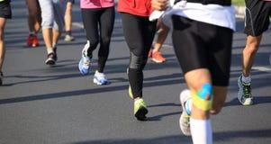 Correre maratona degli atleti Fotografie Stock