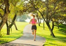 Correre pareggiante della giovane donna all'aperto fotografia stock