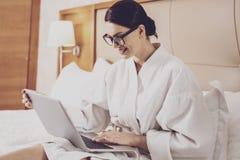Correspondance de conduite d'affaires de femme d'affaires avec plaisir photographie stock
