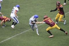 Correspondance de football américain entre les loups et le dragon bleu Photo libre de droits