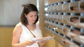 Correspondance de lecture de femme banque de vidéos
