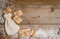 Correspondance de Noël avec la neige sur le fond en bois images stock