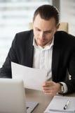 Correspondance masculine de lecture d'entrepreneur images libres de droits