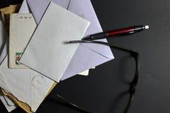Correspondance sur le fond noir photo stock