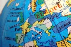 Correspondencia de Europa en el pequeño globo terrestre imagen de archivo libre de regalías