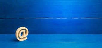 Correspondencia de Internet, comunicaci?n sobre Internet Icono del correo electr?nico en fondo azul Contactos para el negocio Est foto de archivo