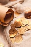 Correspondencia del tesoro y monedas de oro Imágenes de archivo libres de regalías