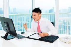 Corretor asiático que troca na bolsa de valores no escritório que faz o lucro Imagem de Stock Royalty Free