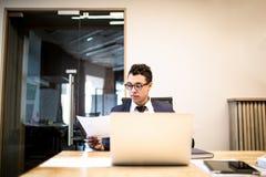 Corretor bem sucedido masculino que trabalha no netbook portátil Economista que usa o caderno imagens de stock royalty free