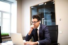 Corretor bem sucedido masculino que trabalha no netbook portátil Economista que usa o caderno imagens de stock