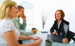 Corretor de bens imobiliários que mostra o portátil aos clientes fotografia de stock royalty free