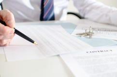 Corretor de imóveis que analisa o planeamento financeiro de uma casa Fotos de Stock Royalty Free