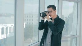 Corretor de imóveis que toma imagens de um eatate real e de uma opinião da janela filme