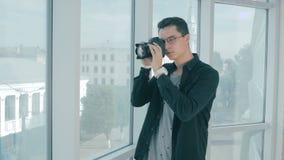 Corretor de imóveis que toma imagens de um eatate real e de uma opinião da janela vídeos de arquivo