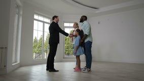 Corretor de imóveis satisfeito que dá chaves da casa aos proprietário vídeos de arquivo