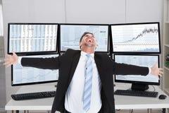 Corretor Laughing While Standing com os braços estendido Foto de Stock