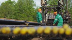 Correzione dei lavoratori che perfora Rig Cable contro gli alberi verdi archivi video
