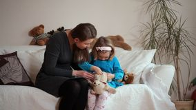 Correzione della figlia e della mamma un giocattolo stock footage
