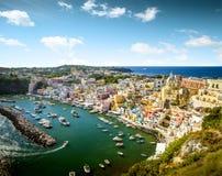 Corricella村庄全景在普罗奇达海岛,意大利上的 免版税库存照片