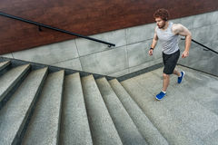 Corrida acima nas escadas fotos de stock royalty free